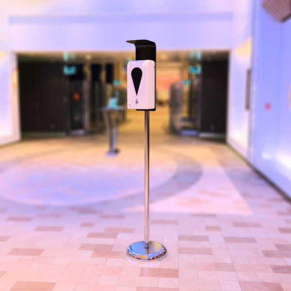 Dispensador de gel automático en un pasillo